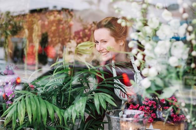 Florista olhando pela vitrine