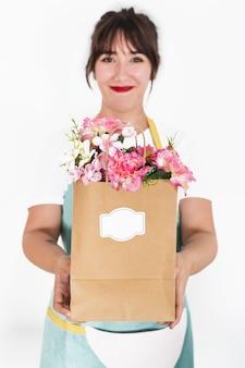 Florista, passe segurar, flor, sacola papel, branco, fundo