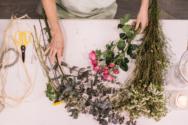 Florista preparando flores para futuros arranjos