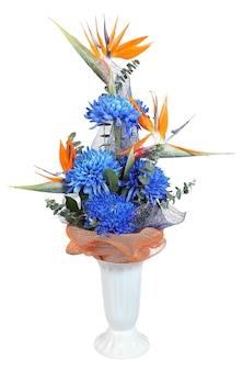 Florista projetou buquê em um vaso de plástico, crisântemo azul profundo de outono e helicônia, isolado no fundo branco.