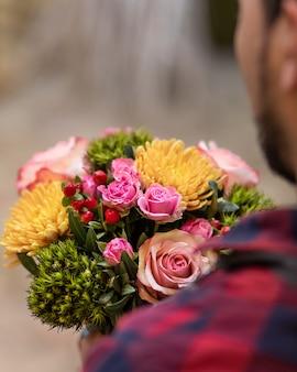 Florista segurando buquê de flores