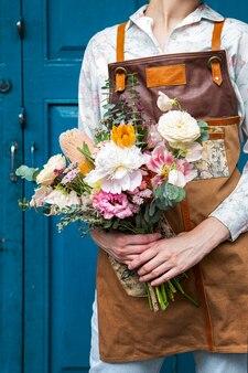 Florista segurando um buquê de flores