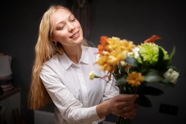 Florista segurando um lindo buquê