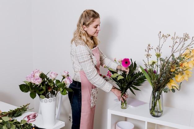 Florista trabalhando com plantas