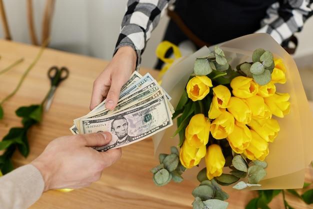 Florista vendendo flores para um homem