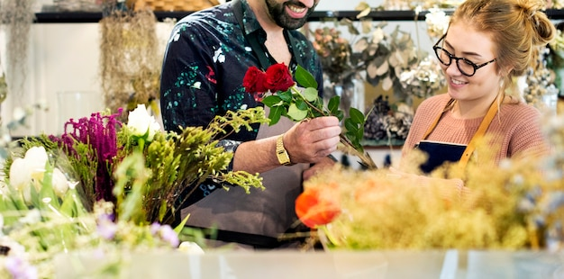Floristas fazendo buquê de flores juntos