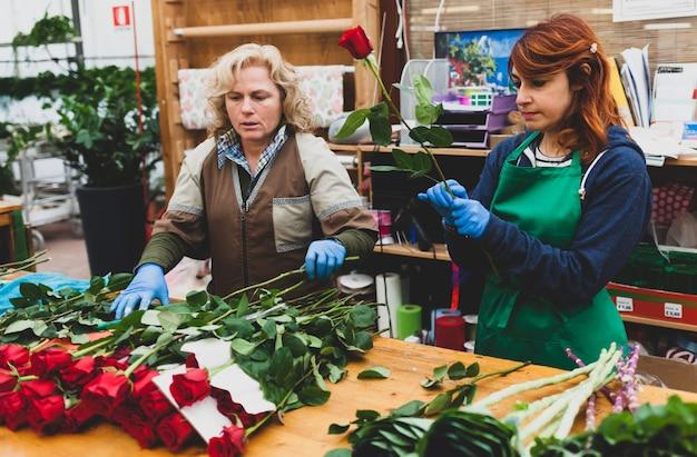 Floristas trabalham em um berçário.
