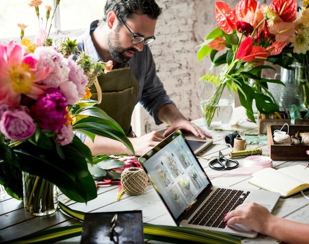 Floristas, trabalhando, em, um, flor, loja