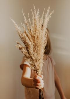Fluffuy linda canas na mão de criança. conceito minimalista de blogueiro, cores da moda, estilo boho