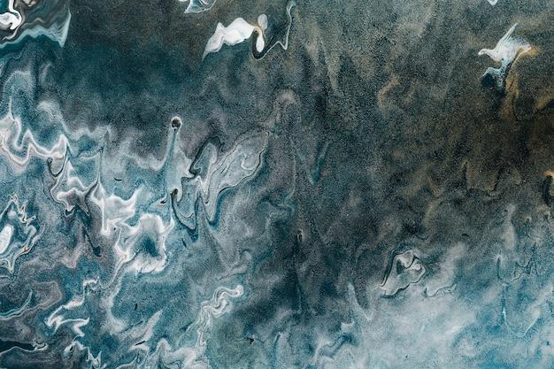 Fluid art. fundo ondulado abstrato ou textura. linhas brancas em zigue-zague em azul escuro com grãos de ouro.