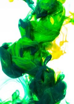 Fluindo lentamente misturando nuvens de tinta