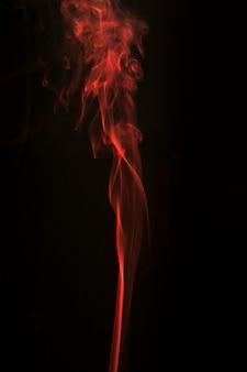 Fluindo suavemente fumaça contra o fundo preto