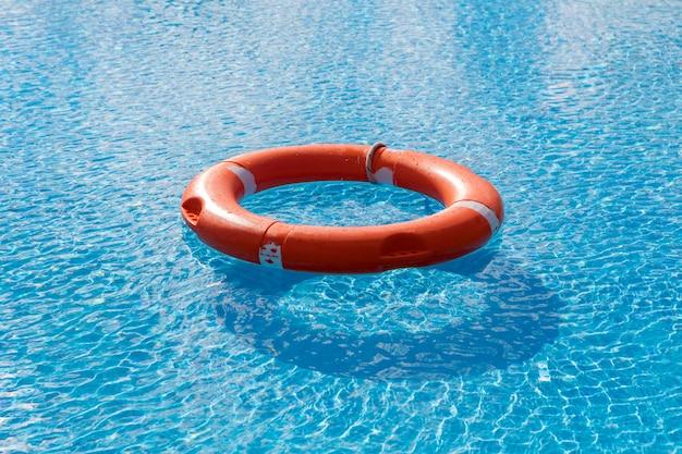 Flutuadores coloridos em uma piscina