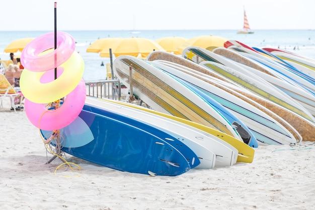 Flutuante e prancha de surf na praia