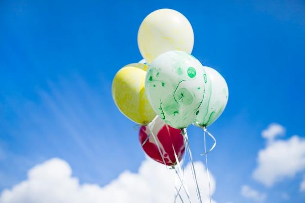 Flutuante manchado com balões de tinta