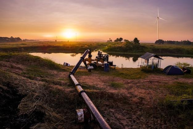 Fluxo de água de um pequeno rio na hora do pôr do sol