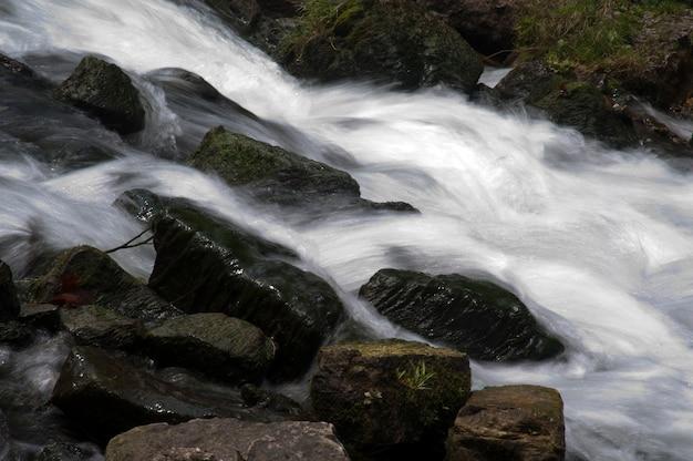 Fluxo de água no lago taneycomo em branson, missouri