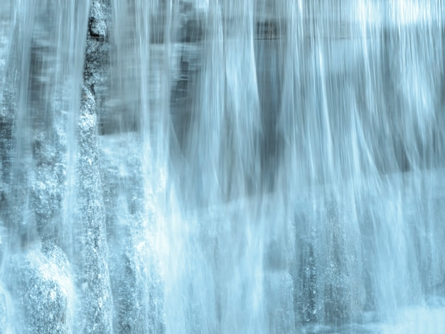 Fluxo de água turva. bela vista da água corrente.