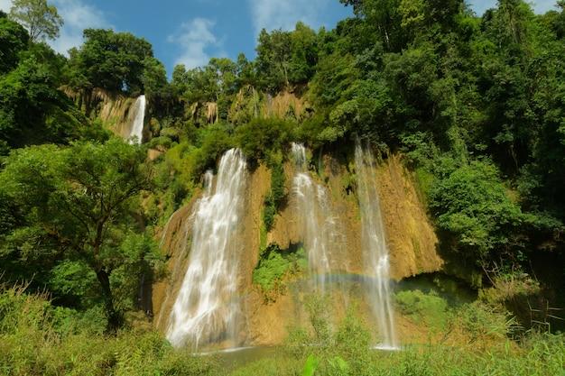 Fluxo de arco-íris belas cachoeiras da montanha no verão.