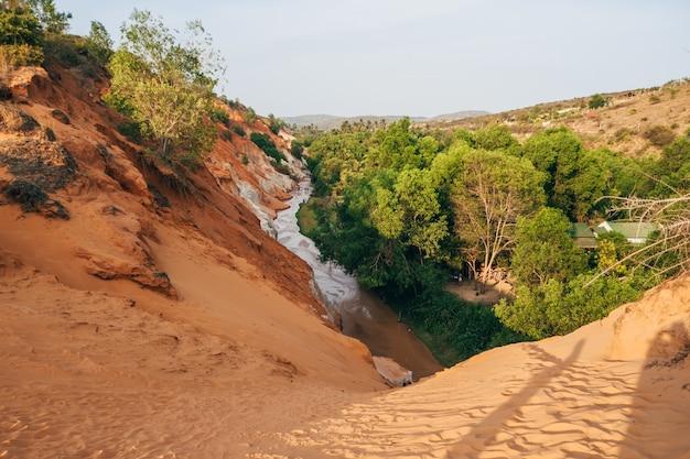 Fluxo de fadas em mui ne no vietnã. marco, canyon de montanha de areia vermelha