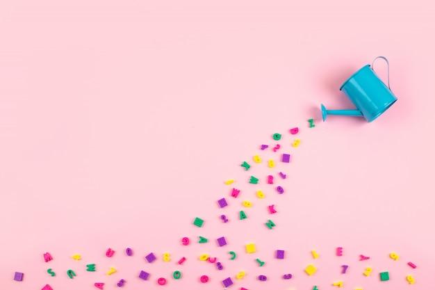 Fluxo de letras e números de plástico multicoloridos