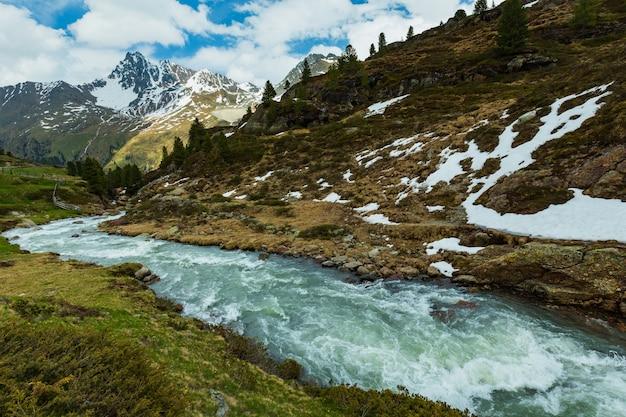 Fluxo de montanha dos alpes de verão a caminho de kaunertal gletscher (áustria, tirol).