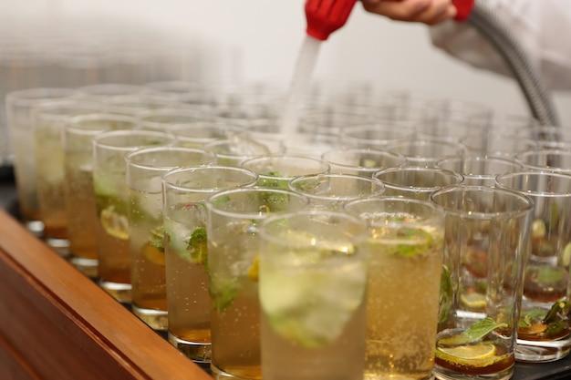 Fluxo de refrigerantes injetado no copo de bebida saudável para o bem-estar