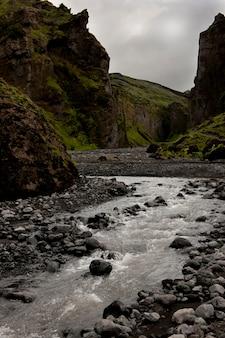 Fluxo na parte inferior de um revine na islândia