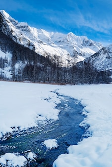 Fluxo nas montanhas dos alpes franceses no inverno