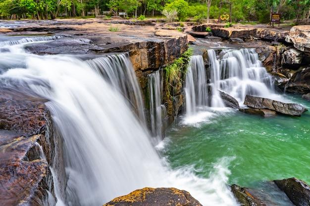 Fluxo suave de uma cachoeira tadtone em chaiyaphum tailândia
