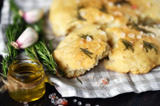 Focaccia caseira fresca com alecrim e sal marinho.