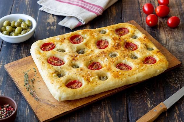 Focaccia com tomate e azeitonas. comida vegetariana. comida italiana.