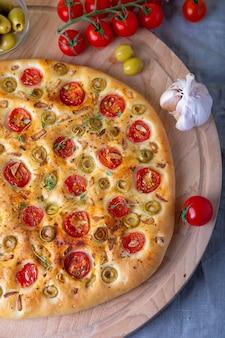 Focaccia com tomate e azeitonas.