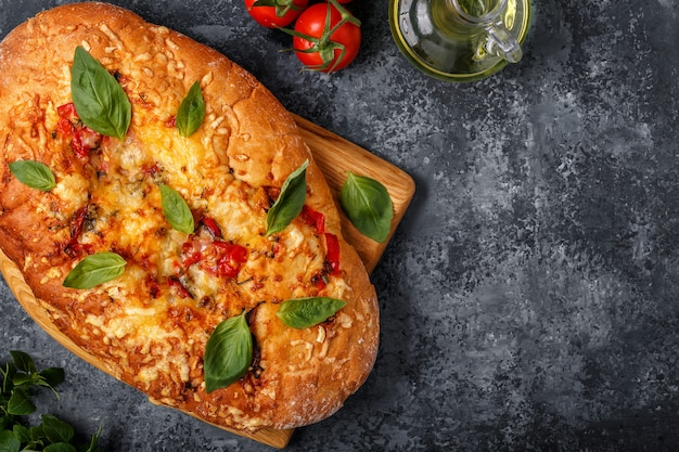 Focaccia com tomate, ervas e queijo.