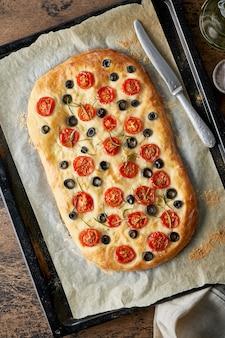 Focaccia com tomates e azeitonas