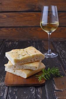 Focaccia italiana com alecrim e vinho