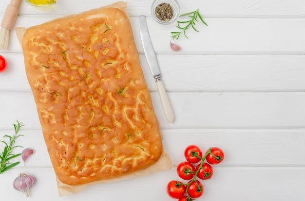 Focaccia italiana tradicional com alecrim, alho, sal marinho e azeite de oliva o