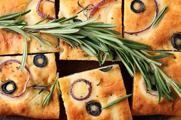 Focaccia italiana tradicional com ramo de alecrim, closeup