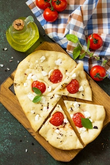 Focaccia italiana tradicional com tomate alecrim e focaccia de pão feta, vista superior