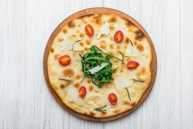 Focaccia italiana tradicional com tomate, azeitonas pretas e alecrim