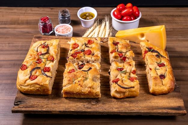 Focaccia italiana tradicional com tomate cereja e azeitonas