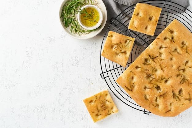 Focaccia, pizza, pão italiano com alecrim e azeite na grelha