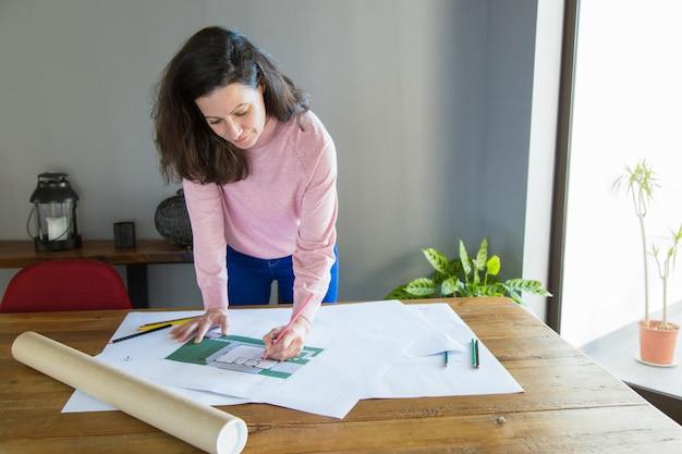 Focada profissional trabalhando no projeto de design de apartamento
