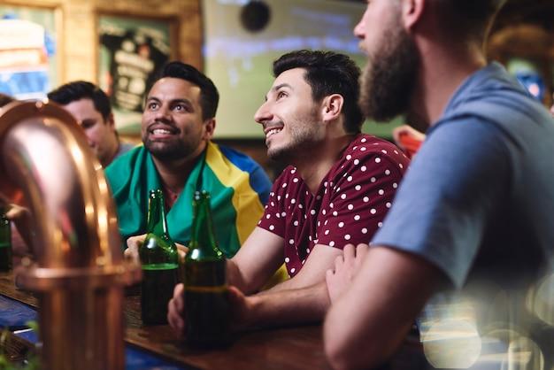 Focado assistindo jogo de futebol no bar