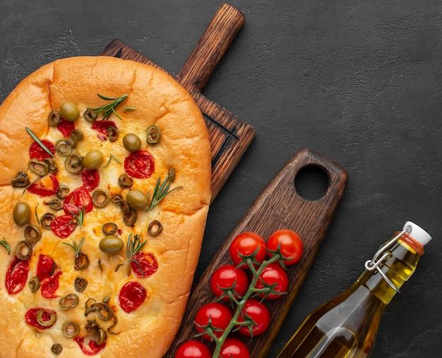 Foccácia e ingredientes deliciosos