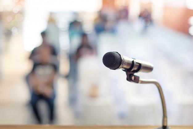 Foco borrado e macio do microfone de cabeça no palco da reunião de educação ou evento