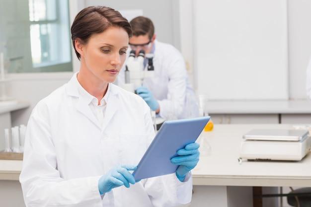 Foco cientista usando tablet pc