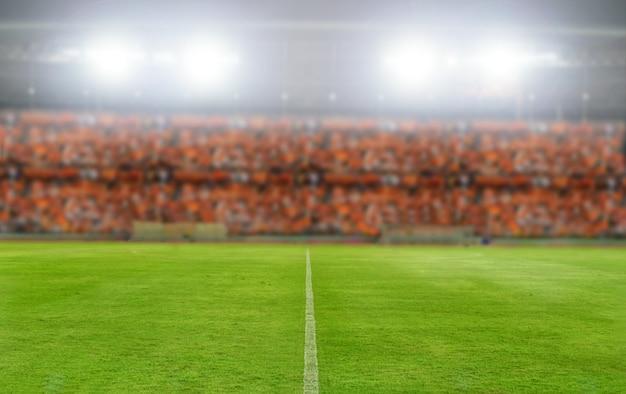 Foco embaçado e macio do estádio de futebol e campeonato de campo de futebol arena ganhar por trás