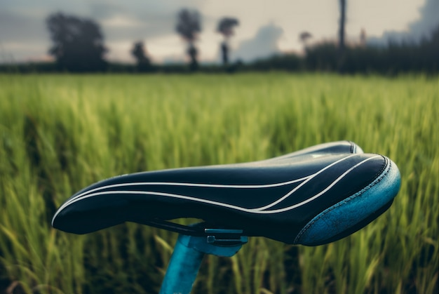 Foco macio do assento extremo da bicicleta de montanha com o filtro do filme do vintage.