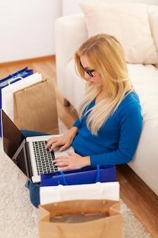 Foco mulher durante as compras online